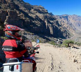 Den Ausblick auf die Hajar Berge genießen